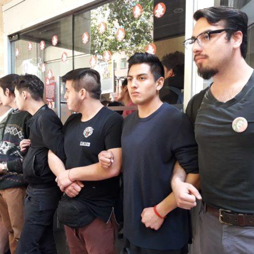 [La Tercera] Juventudes de oposición y estudiantes manifiestan apoyo al paro de la CUT con toma del Ministerio del Trabajo