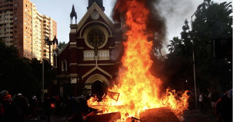 """[Emol] Oposición emplaza al Gobierno tras incendio en iglesia de Carabineros: """"Tiene que reponer el control del orden público"""""""