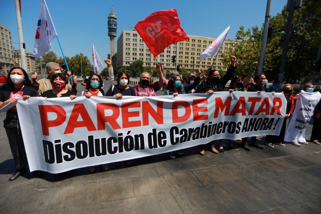 """[El Desconcierto] """"Paren de matar"""": organizaciones y parlamentarios entregan carta a Piñera para exigir que se detenga la represión policial"""