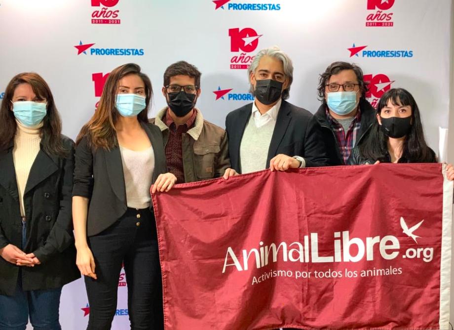 Marco Enríquez – Ominami firma compromiso contra el maltrato animal y propone terminar con prácticas y tradiciones que lo promueven
